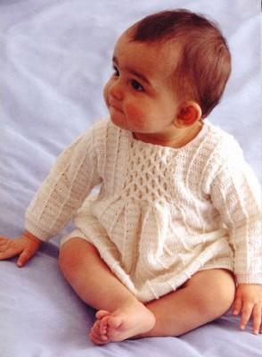 Вязаное платьице с буфами.
