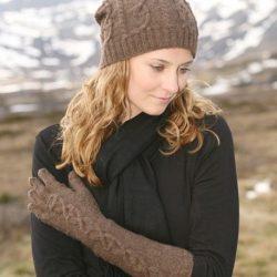 Вязаная шапка и перчатки с косами (Вязание спицами)