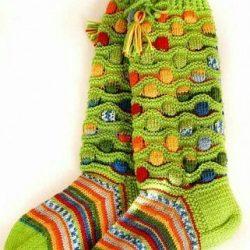 Многоцветные носки и гольфы с волнисто-рельефным узором (Вязание спицами)