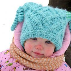 Зимняя детская шапочка с ушками и игривыми кисточками (Вязание спицами)