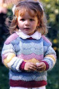 Пуловер «Радужное сияние»для девочки 2-3 года (Вязание спицами)