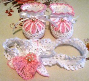 Пинетки и повязка на голову с красивым розовым цветком (Вязание крючком)