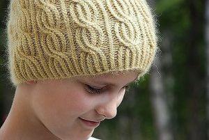 Замечательная шапка с узором из перекрещиваемой резинки 1х1 (Вязание спицами)
