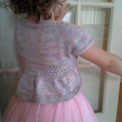 Очаровательное бесшовное болеро для девочки (Вязание спицами)