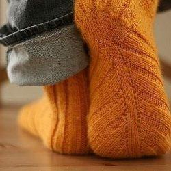 Носки, связанные по косой (Вязание спицами)