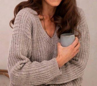 Пуловер Evening Delight от Sari Nordlund, вяжется круговыми рядами сверху вниз полупатентной резинкой (Вязание спицами)